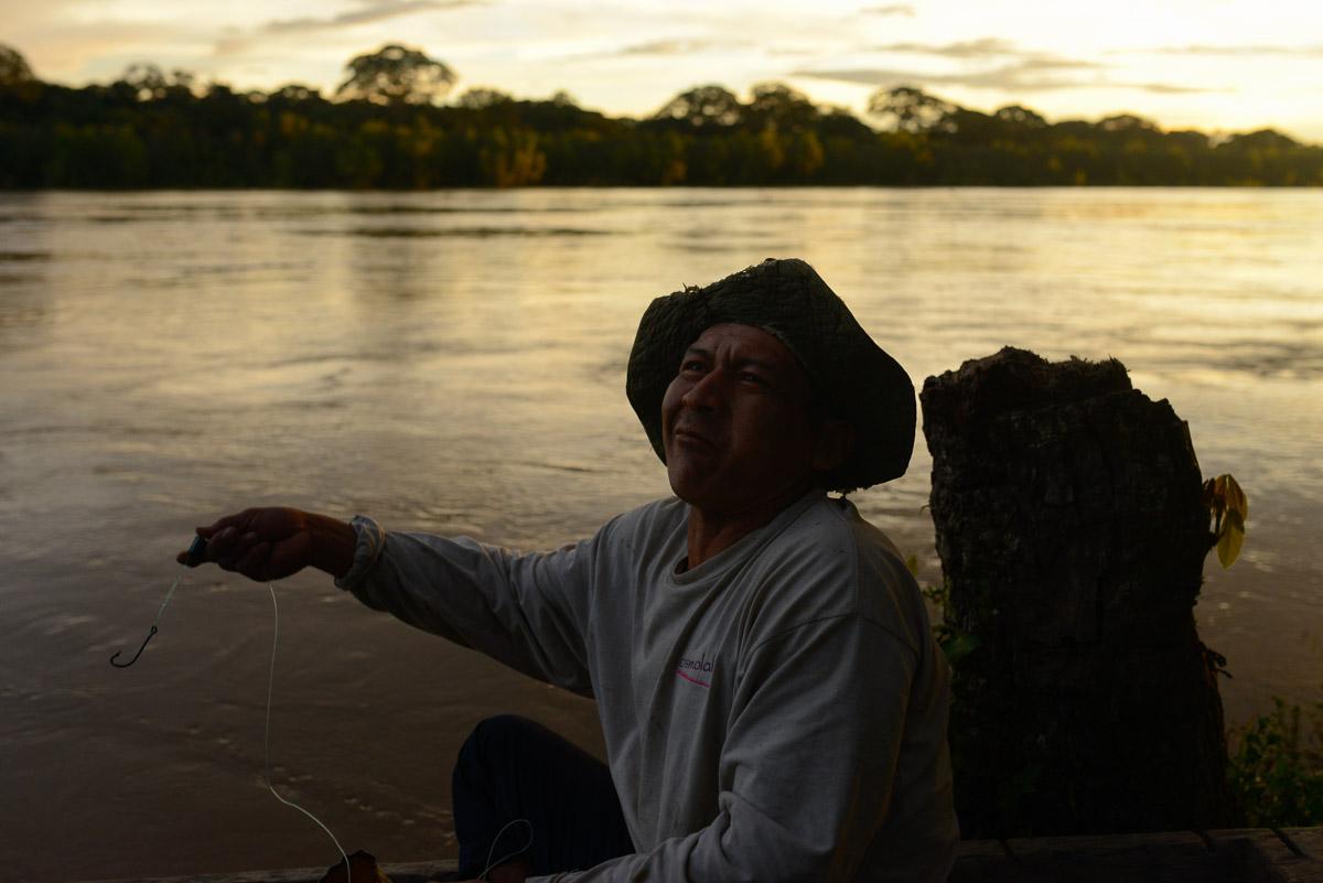 <h5>El Carmen del Emero</h5><p>Apesar da enorme distância a qualquer centro urbano, o álcool é um problema social e chega ao mais recôndito da Amazónia. Um pescador ébrio tenta a sua sorte com um anzol sem isco, mal se conseguindo equilibrar na margem. Ainda assim, o fundo do seu barco está coberto de estranhos peixes de consideráveis dimensões, constituindo uma das principais fontes alimentares no Beni.</p>