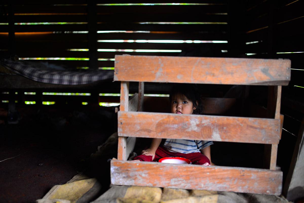 """<h5>El Carmen del Emero</h5><p>Uma criança passa a manhã num """"parque"""" infantil improvisado, construído com tábuas de madeira mas cumprindo a mesma função que as mais sofisticadas versões ocidentais. Um familiar mais velho, também em casa, entretém-se na conversa com os vizinhos.</p>"""