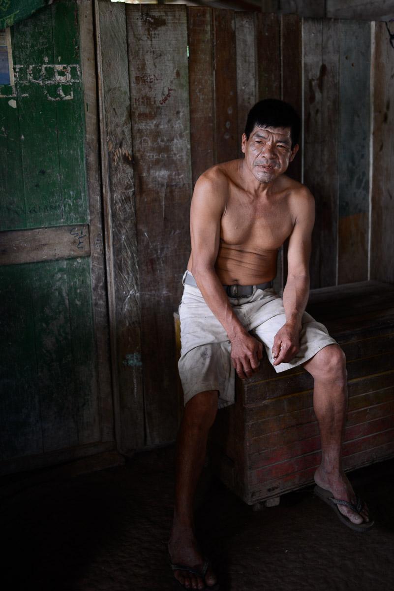 """<h5>El Carmen del Emero</h5><p>A coca é uma constante na Amazónia: bochechas distendidas e um mascar ocasional marcam o quotidiano de uma boa parte da população, maioritariamente homens, mas também algumas mulheres. Como tem efeitos """"energéticos"""", dissimula a fome e permite uma sensação de bem-estar, sendo a Bolívia um dos principais produtores mundiais.</p>"""