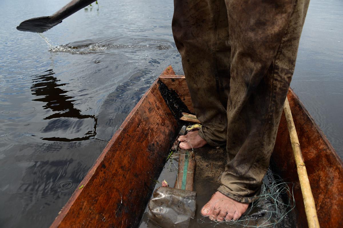 <h5>El Carmen del Emero</h5><p>A pesca e a caça, a par da agricultura, são duas das principais actividades nas margens do rio Beni. Henry tem, por vezes, de fazer longas viagens em peke-peke, pirogas movidas com recurso a motores de rega modificados, para chegarem aos terrenos de pesca, muitos deles lagoas formadas por antigos meandros do rio que se separaram do curso principal. Para lá chegar tem de percorrer pântanos a pé, sob risco de ataques de caimões, piranhas e anacondas.</p>