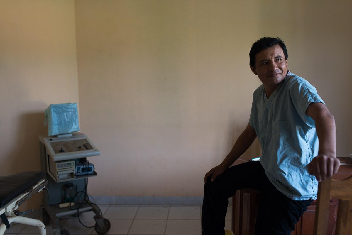 <h5>Puerto Cavinas</h5><p>Ricardo, personagem inspiradora com que nos cruzámos em Puerto Cavinas. Médico, nascido e formado em La Paz, veio para a Amazónia por vocação, por sentir que era aqui que fazia a diferença e que a sua falta seria sentida. Cansado, acabado de chegar de uma viagem de 4 dias a cavalo, por a aldeia estar isolada pela água, na época das chuvas, não deixou de encantar com o seu sorriso e optimismo, apesar das condições básicas com que conta no seu dia-a-dia profissional.</p>