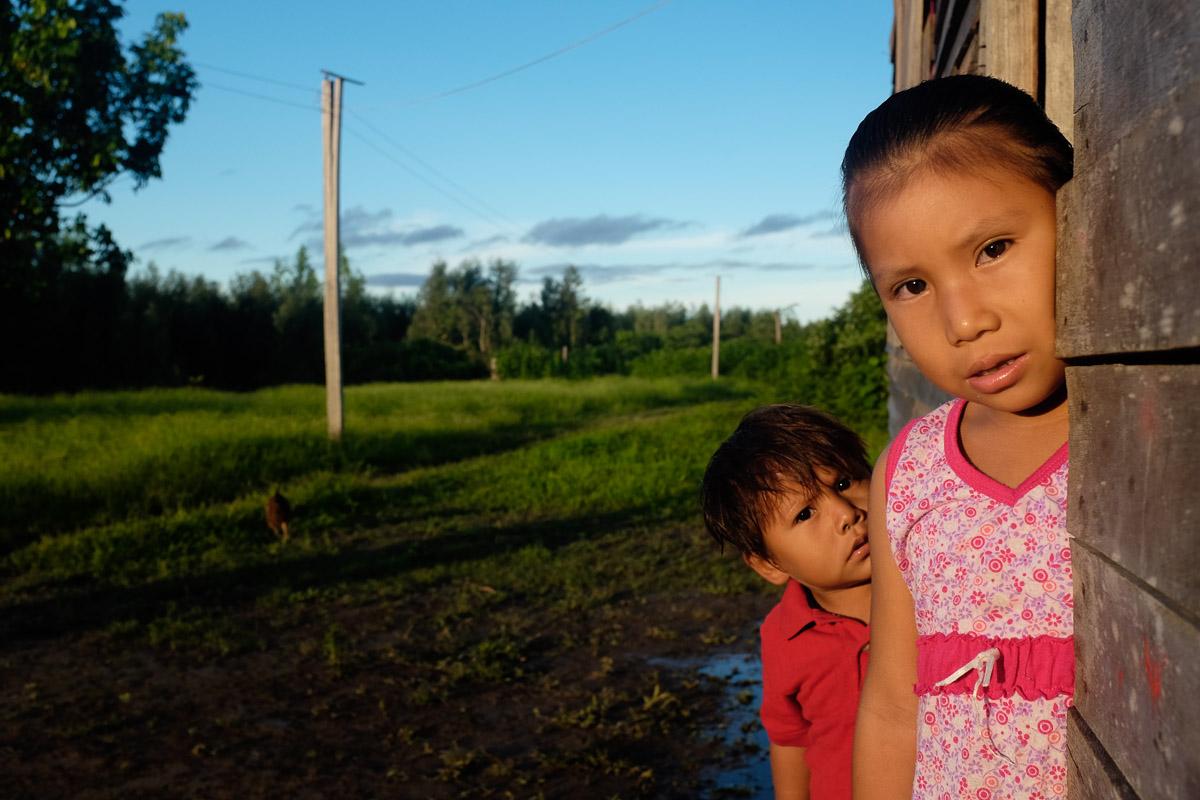 <h5>San Marcos</h5><p>Sissi e Juan, filhos  de Ilda, nossa anfitriã, assomam à porta de casa com um misto de curiosidade da menina e de medo do irmão mais novo, perante os inesperados forasteiros. Apenas os locais percorrem este rio, em curtas distâncias, sendo extremamente rara a visita de estranhos e ainda mais de estrangeiros. </p>