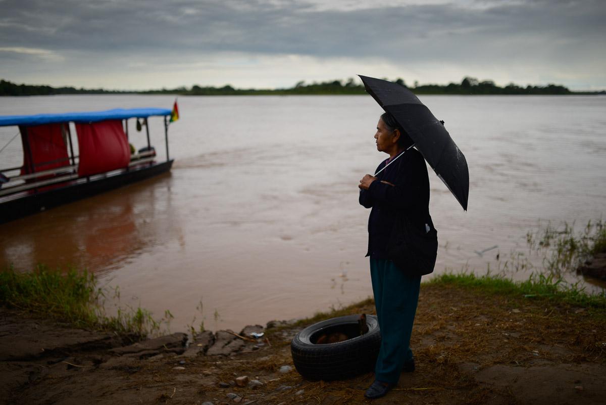 <h5>Rurrenabaque</h5><p>Uma idosa aguarda à beira-rio pela partida do barco que a levará à outra margem, num vai-vem constante de frágeis embarcações ajoujadas sob o peso de dezenas de passageiros para quem aquela é a única forma de cruzar o Beni, engrossado pelos poderosos aguaceiros tropicais que diariamente se abatem na selva amazónica na época das chuvas.</p>