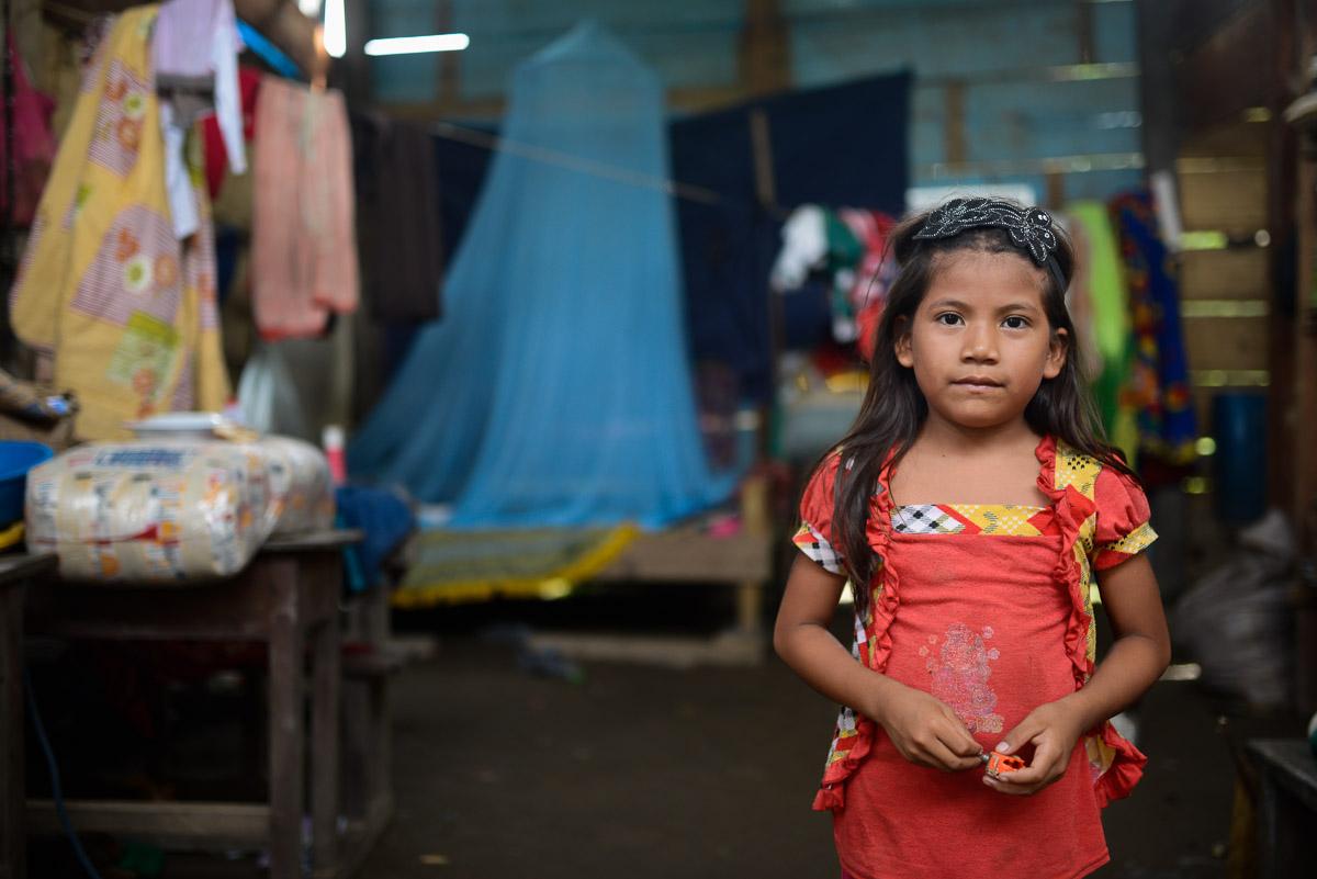 <h5>San Antonio de Tequeje</h5><p>Recebidos por um porco gigante à chegada a San António, uma minúscula aldeia de 3 grupos familiares, ficamos surpreendidos por encontrar uma escola, que partilha o espaço físico de uma das habitações. O Governo de Evo Morales, primeiro presidente indígena da Bolívia e com fortes inclinações socialistas, tem dado um grande ênfase à escolarização do país, mesmo em regiões remotas como o estado do Beni.</p>