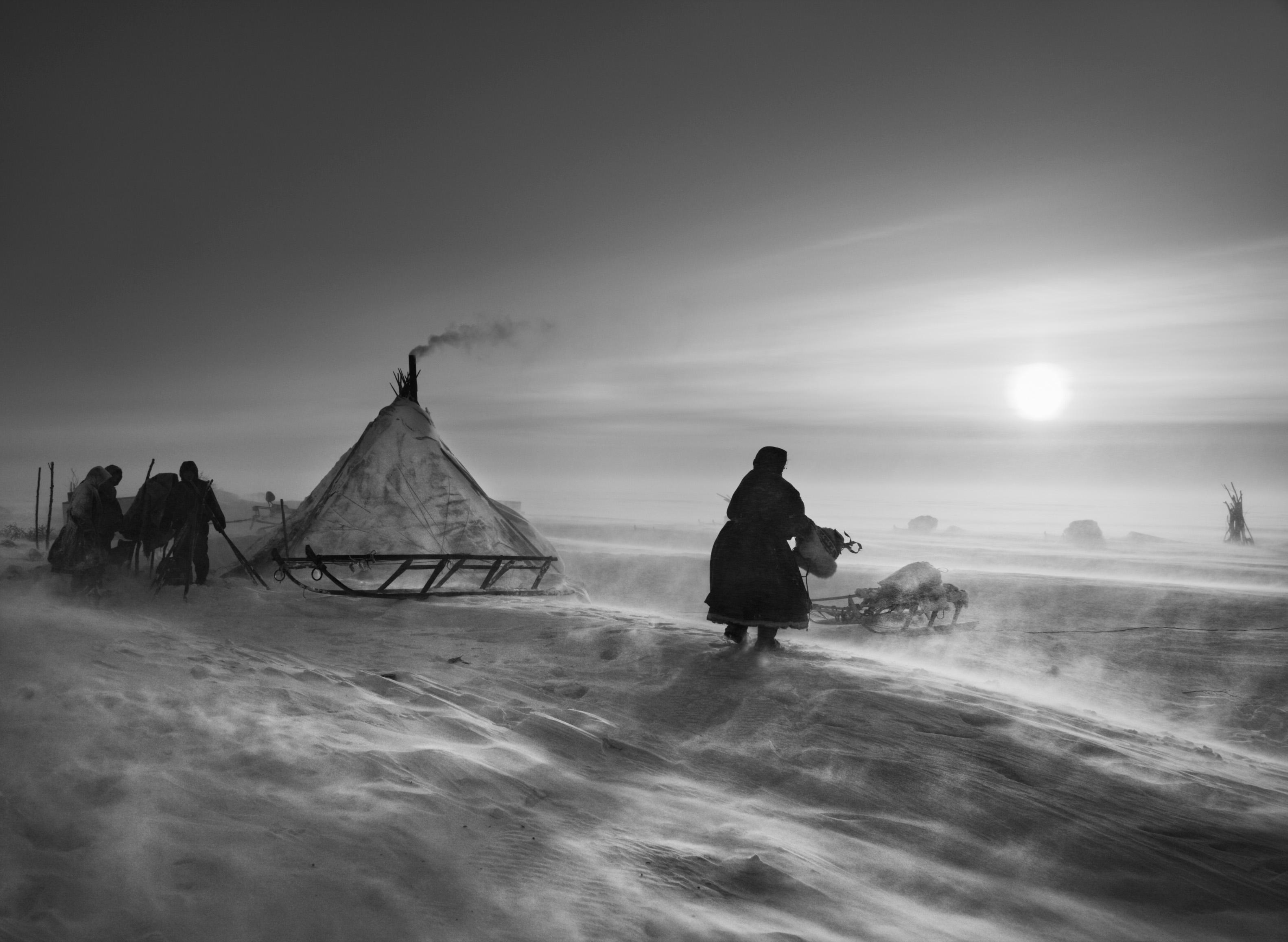 <p>Quando o clima é particularmente hostil, os Nenets e as suas renas podem passar vários dias no mesmo lugar. Norte do golfo de Ob, acima do Círculo Polar Árctico. Península de Yamal, Sibéria. Rússia. 2011.</p>