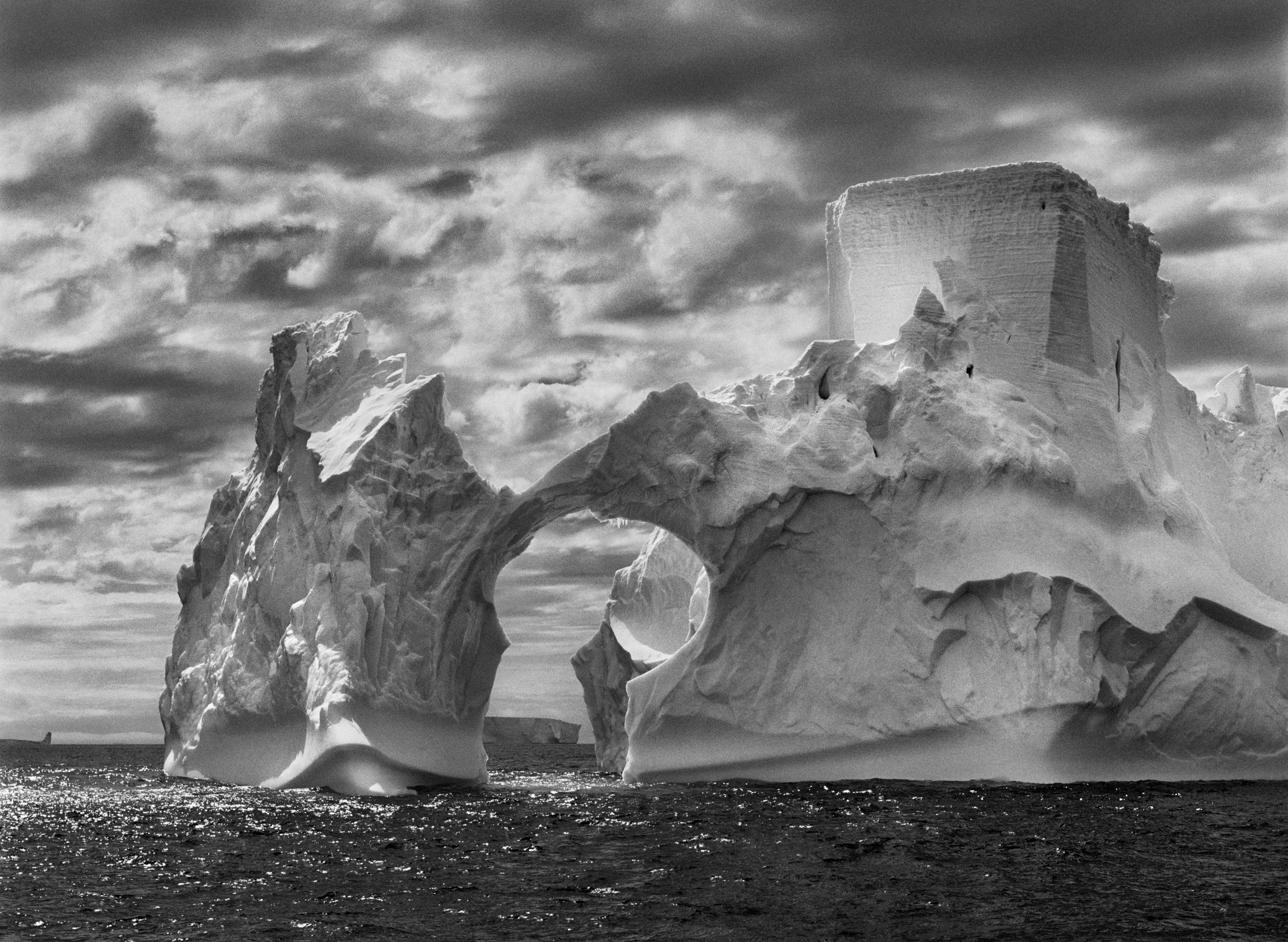 <p>Iceberg entre a ilha Paulet e as ilhas Shetland do Sul, deslocando-se no mar de Weddell. Península Antártica. 2005.</p>
