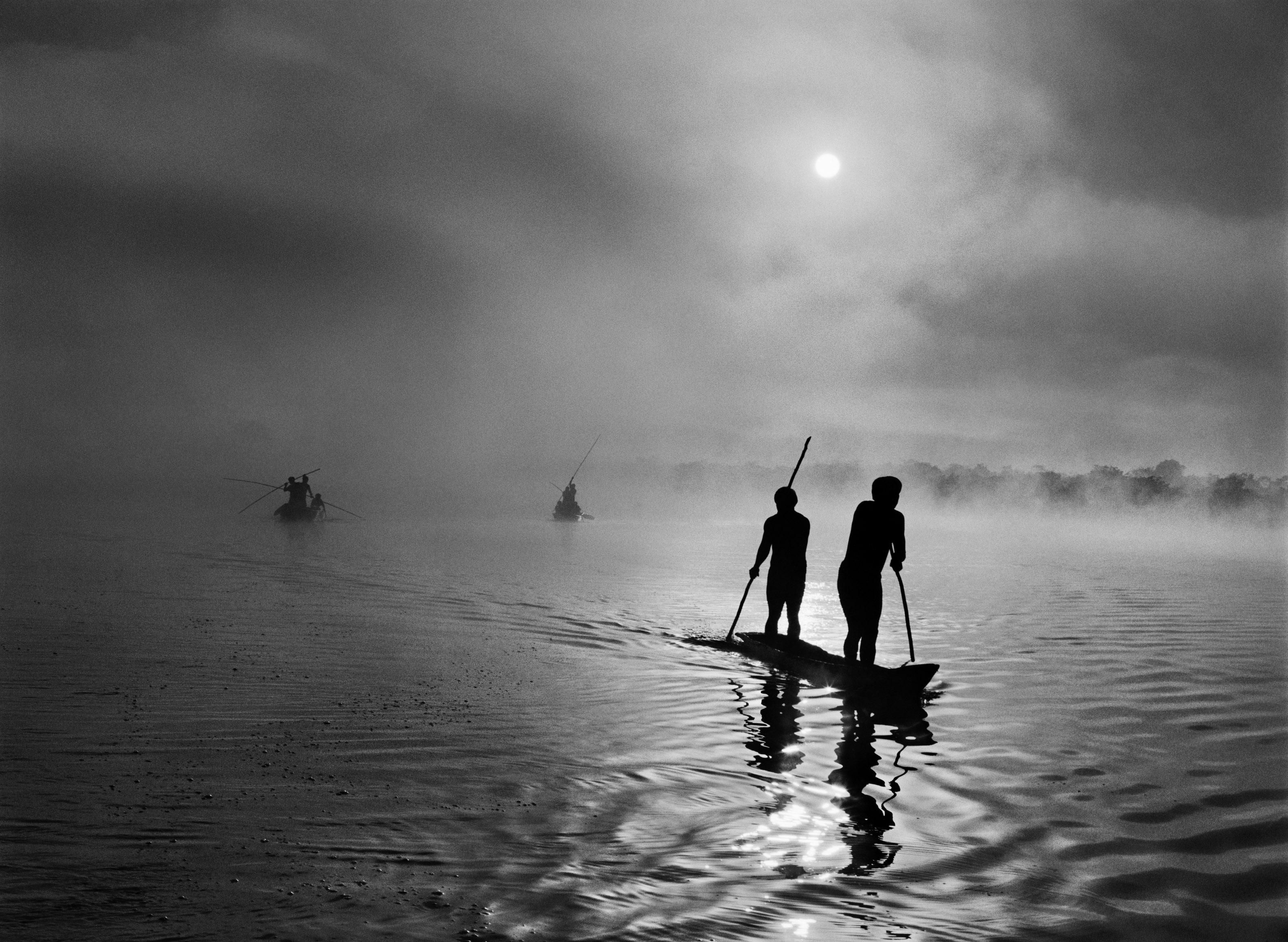 <p>Na região do Alto Xingu, no estado do Mato Grosso, um grupo de índios waurá pesca na lagoa Piyulaga, perto da sua aldeia. A bacia do Alto Xingu abriga uma população de etnias diversas. Brasil. 2005.</p>