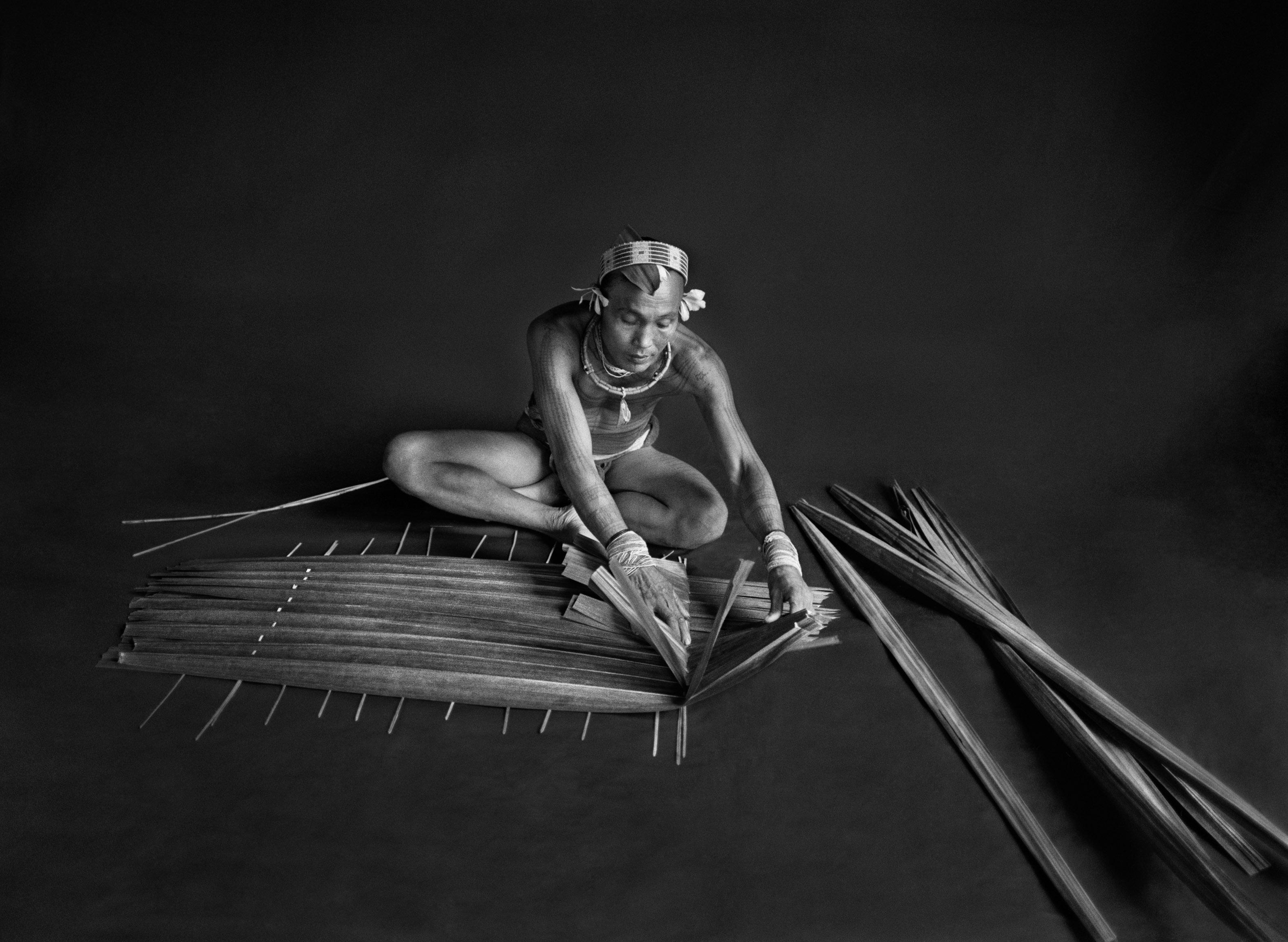 <p>Teureum, sikeirei (xamã) e chefe de clã da tribo Mentawai. Este xamã está a preparar um filtro para o sagu, a partir das folhas do próprio saguzeiro. Ilha Siberut, Sumatra ocidental, Indonésia. 2008.</p>