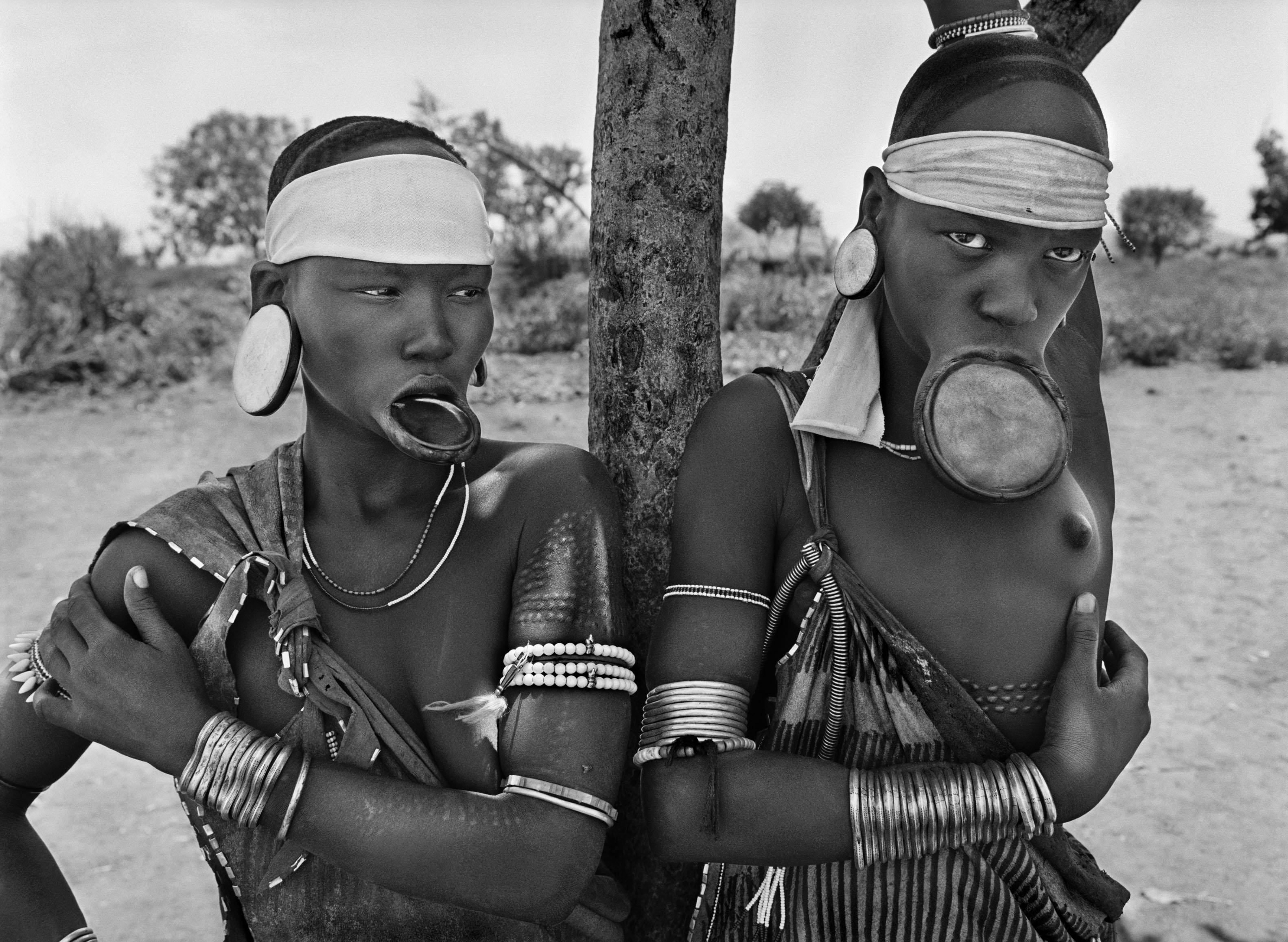 <p>As mulheres das tribos Mursi e Surma são das últimas mulheres do mundo a usar discos nos lábios. Dargui, povoação mursi no Parque Nacional de Mago, perto de Jinka, Etiópia. 2007.</p>