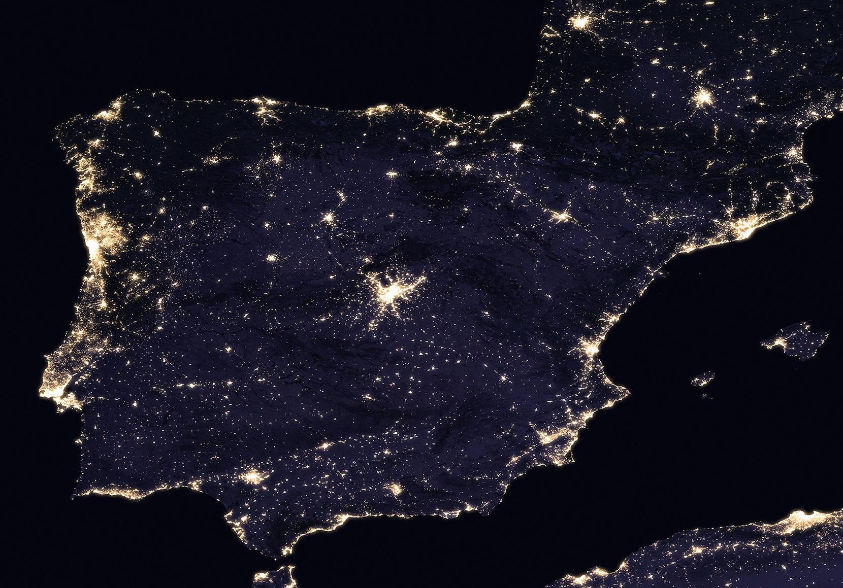 <h5>Península Ibérica</h5><p>Vista de Portugal e Espanha à noite. Fonte: NASA</p>