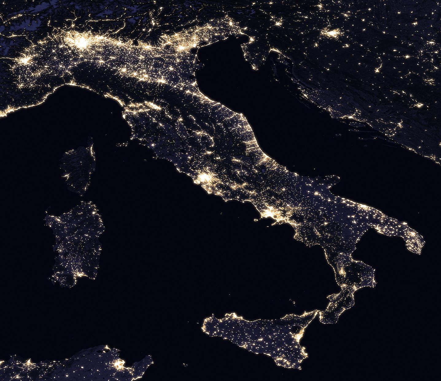 <h5>Itália</h5><p>Vista da Itália à noite. Fonte: NASA</p>