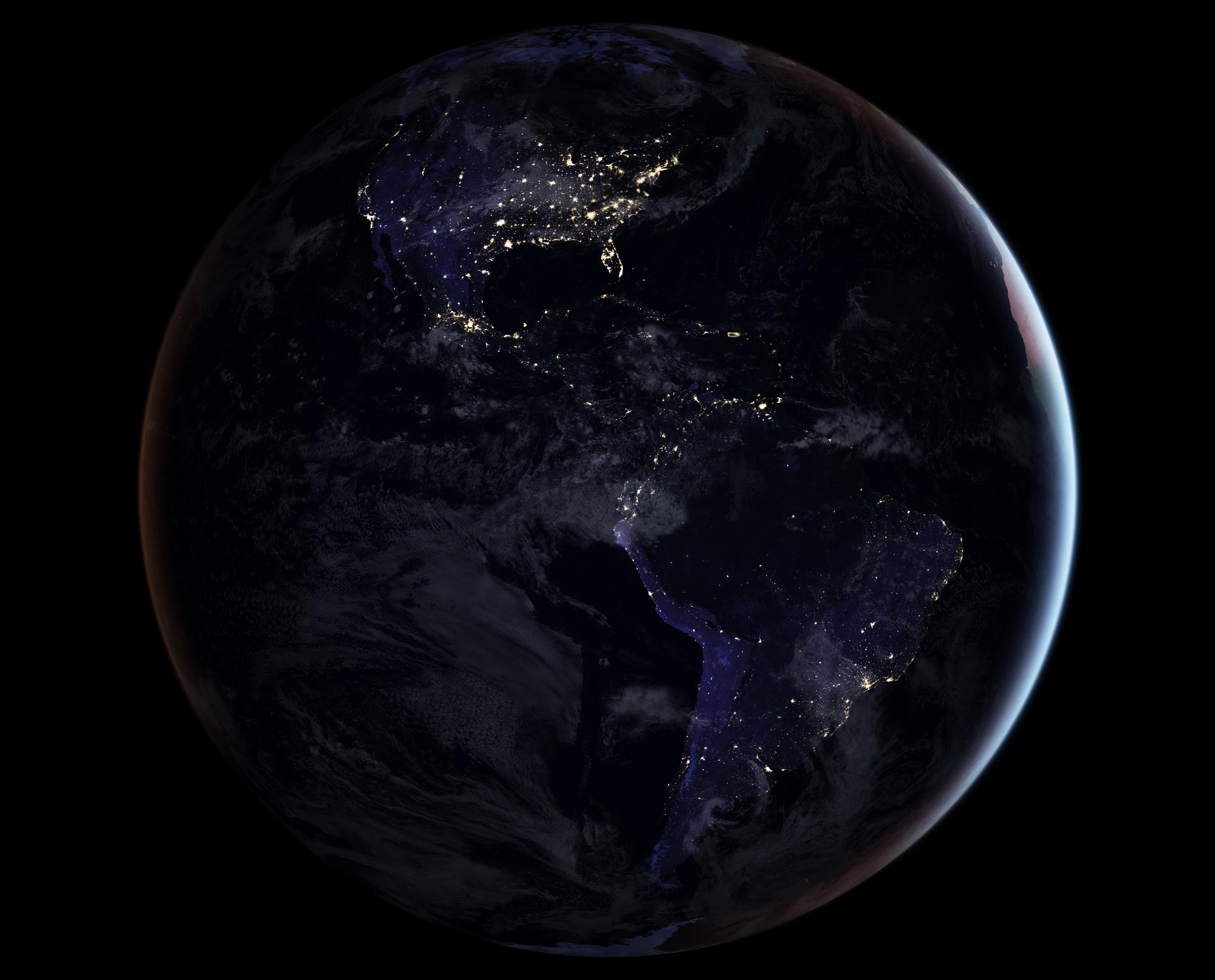<h5>América</h5><p>Vista do continente americano à noite. Fonte: NASA</p>