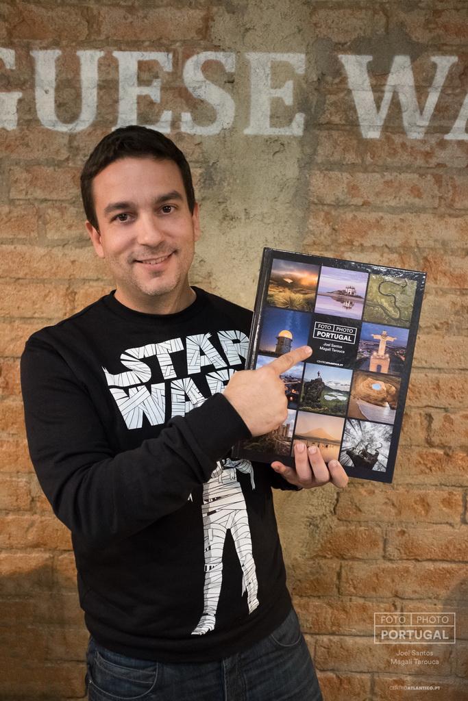 <h5>Joel Santos com livro «FOTO | PHOTO PORTUGAL» © www.photoportugal.net</h5>