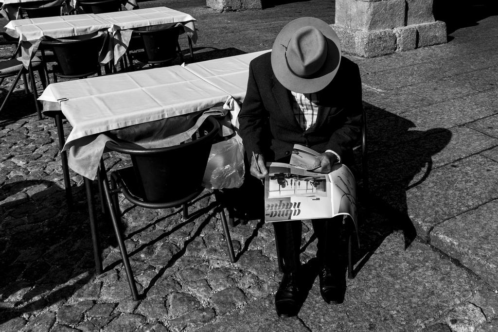 """<h5>3º Prémio – """"Estranhos mas familiares"""" de Stefan Mathers</h5><p>Prémio: 250,00€ + Conjunto de publicações, oferta do Centro Português de Fotografia - """" A Porta do Meio-Exposição Colonial de 1934""""; """" A Nova Moscovo""""; """"A Colecção do Imperador""""</p>"""